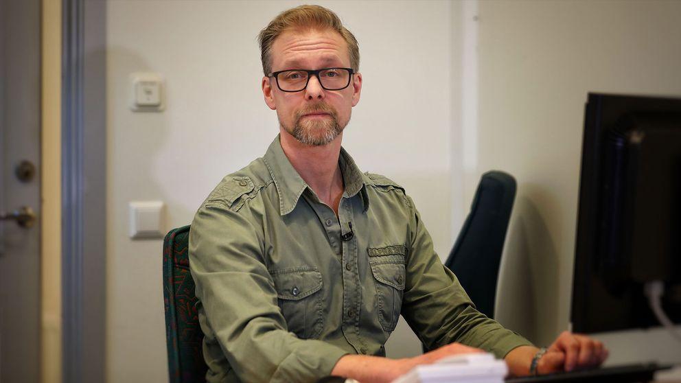 Andreas Sander sitter vid ett skrivbord.