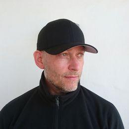 Björn Westholm tittar åt höger.
