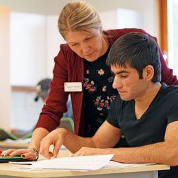 Ingela Tehrani är lärare i förberedelseklassen och hjälper Izatolla med skolarbete.