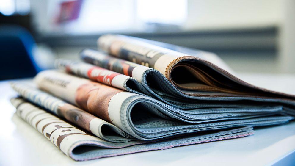 Ihopvikta tidningar på hög.
