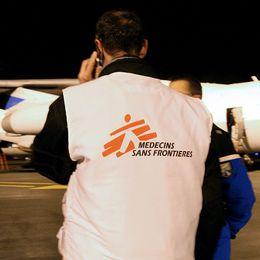 Läkare utan gränser-personal övervakar hur förnödenheter lastas på ett flygplan
