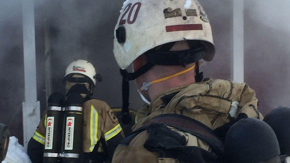 Brandmän jobbar med branden