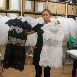 Designern Ida Sjöstedt med sin kopierade klänning.