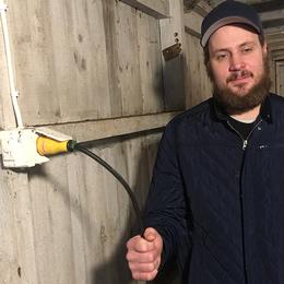 Ett ryck och internet slocknar för 15 av Mathias Halls grannar. Från eljacket i garaget går en 60 meter lång strömkabel till Bredbandsbolagets teknikskåp för fiber.