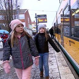 Två flickor och spårvagn