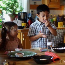 De tre syskonen vid ett matbord.