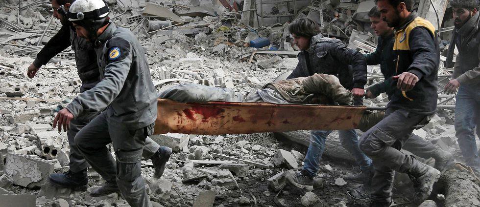 Räddningsarbete efter flygbombningar mot Ghouta-regionen utanför huvudstaden Damaskus.