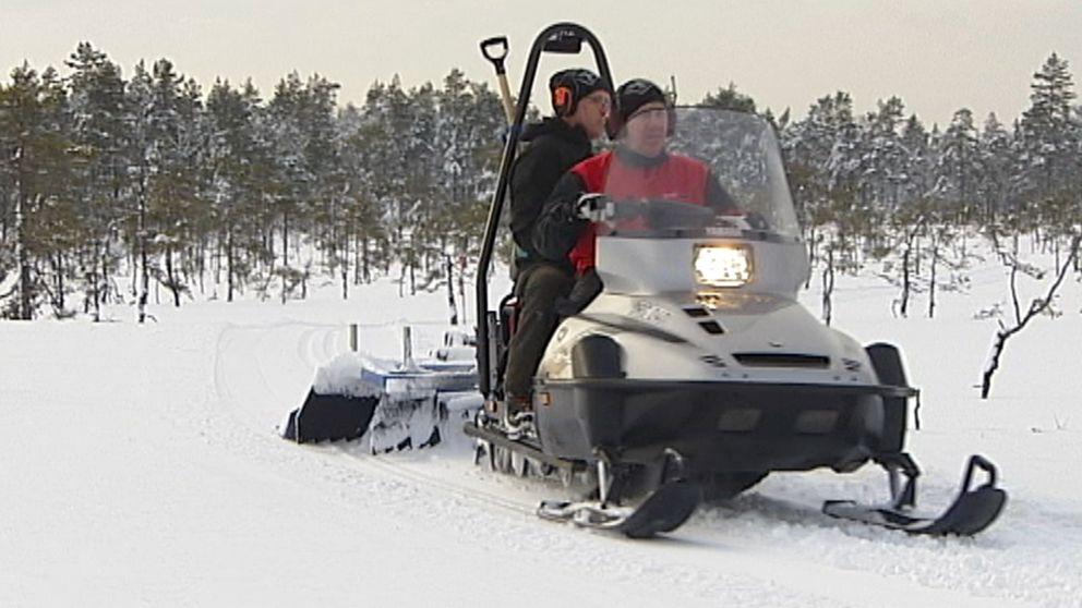 Männen i Sagesätra SK spårar med skoter.