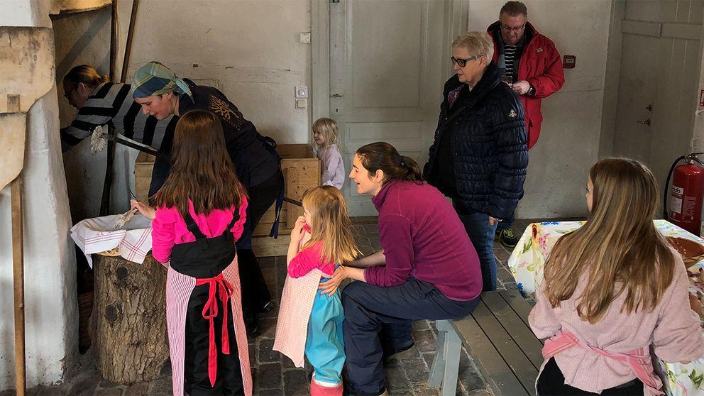 Barn som tittar på knäckebrödsbakning