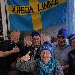 Linn Perssons mamma, pappa, mormor, morfar och några andra släktingar som heja fram det svenska skidskyttelaget.