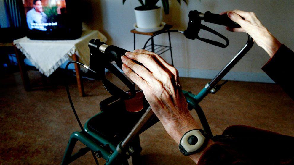 Äldre händer på en rullator