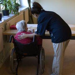 Många sommarjobb i Sörmland finns inom hemtjänst och äldreomsorg.