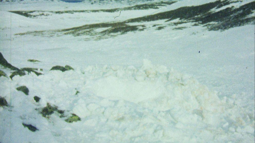 grop och snöhög i dalgång i fjäll