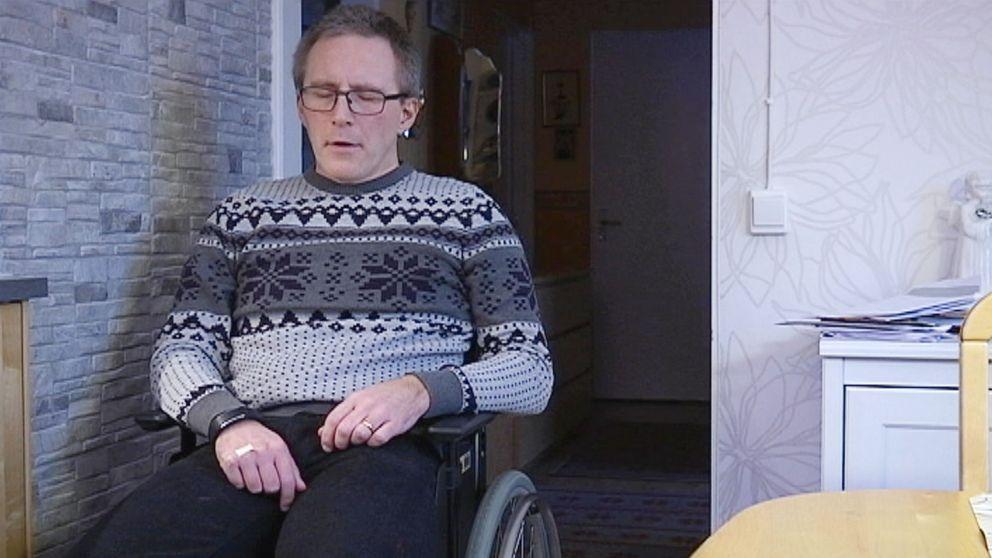 Man i rullstol blundar