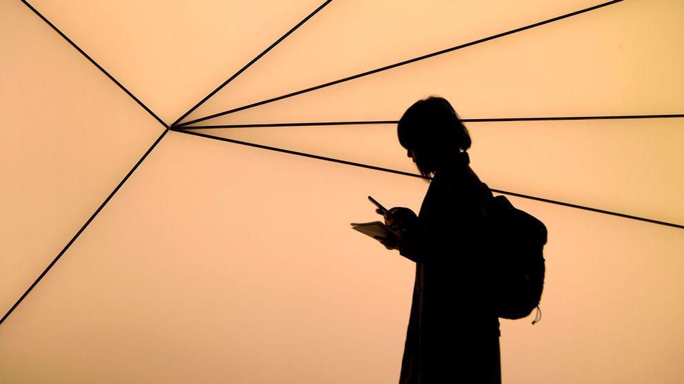 En kvinna med mobiltelefon.