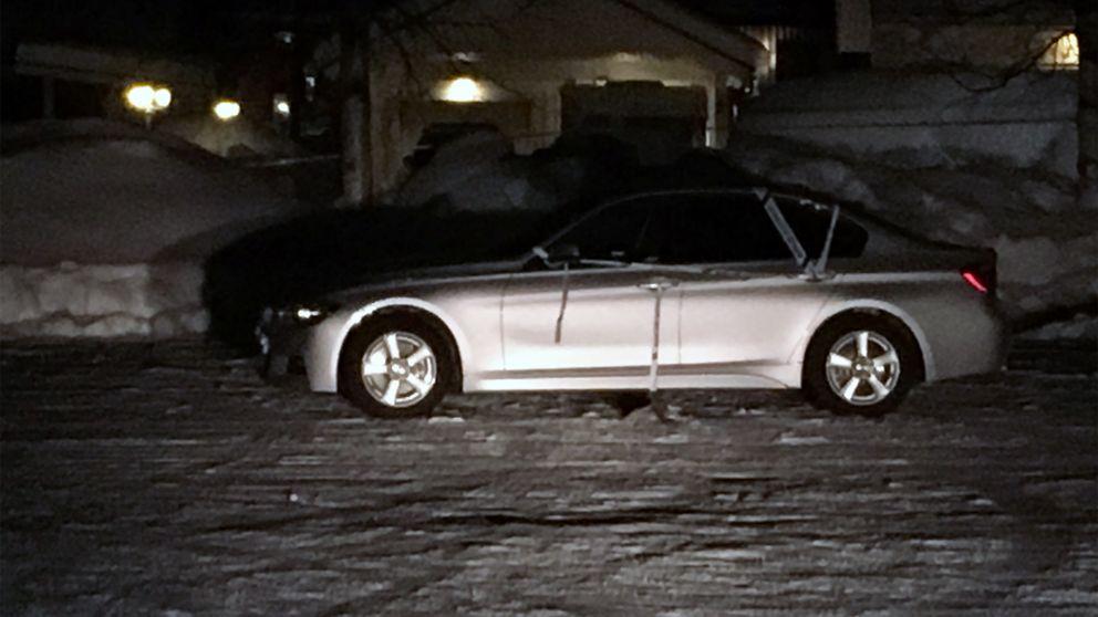 En bild på en silverfärgad bil med avspärrningsband runtom.