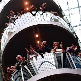 SPD-medlemmar applåderar efter söndagens besked, som också innebär en lättnad för förbundskansler Angela Merkel.
