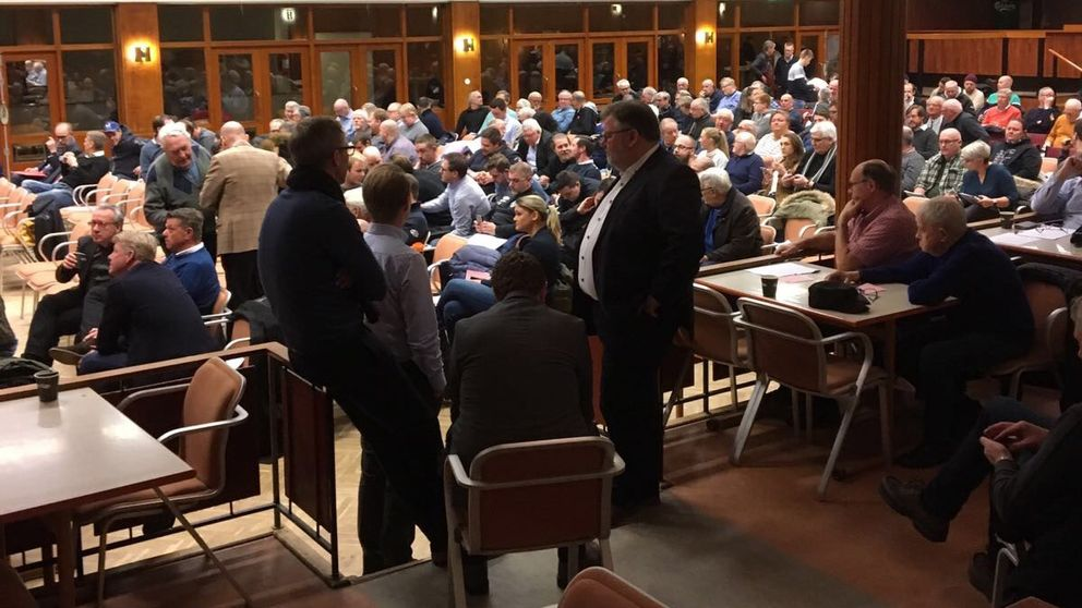 Över 200 medlemmar fanns vid det återupptagna mötet.