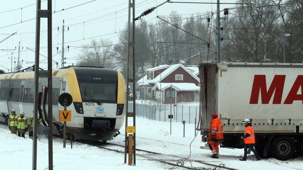 Ett persontåg och en lastbil kolliderade på onsdagen i Vartofta, sydost om Falköping.