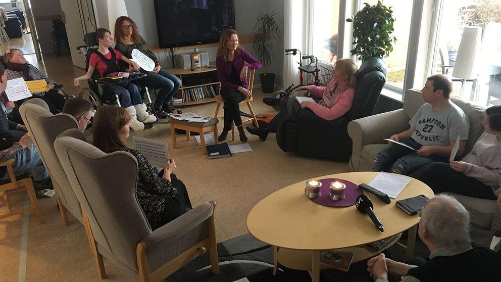 I samlingsrummet på Myllefallet diskuteras främst en valfråga, LSS-lagen.