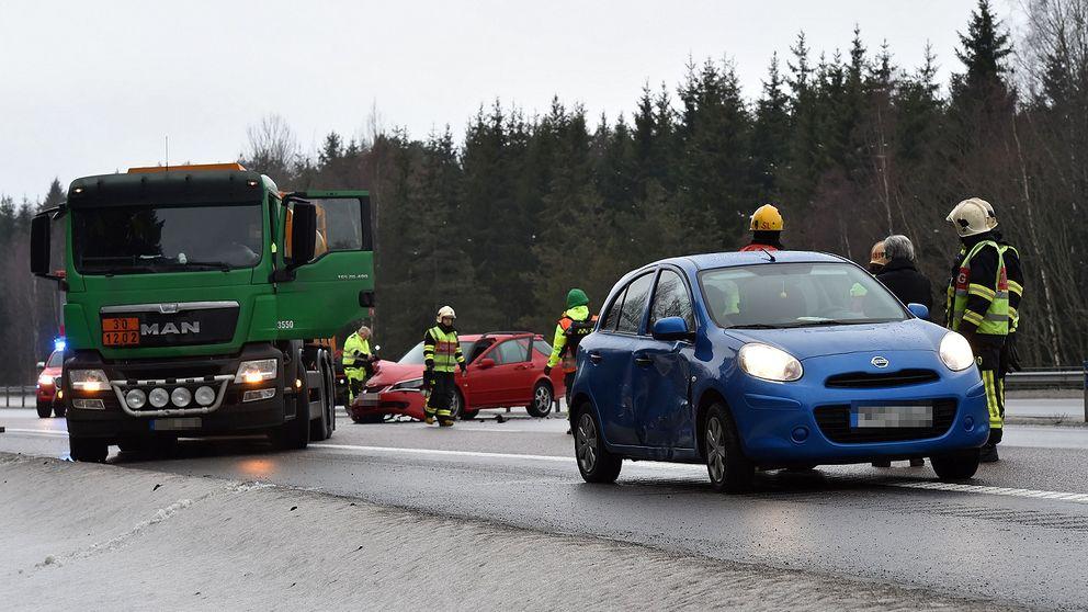 En tankbil och två personbilar var inblandade i olyckan på en mycket hal E4.
