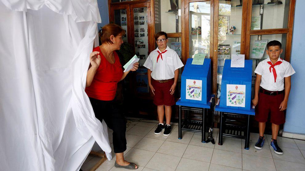 En kvinna lägger sin röst i valet för att godkänna den nya nationella församlingen i Kuba