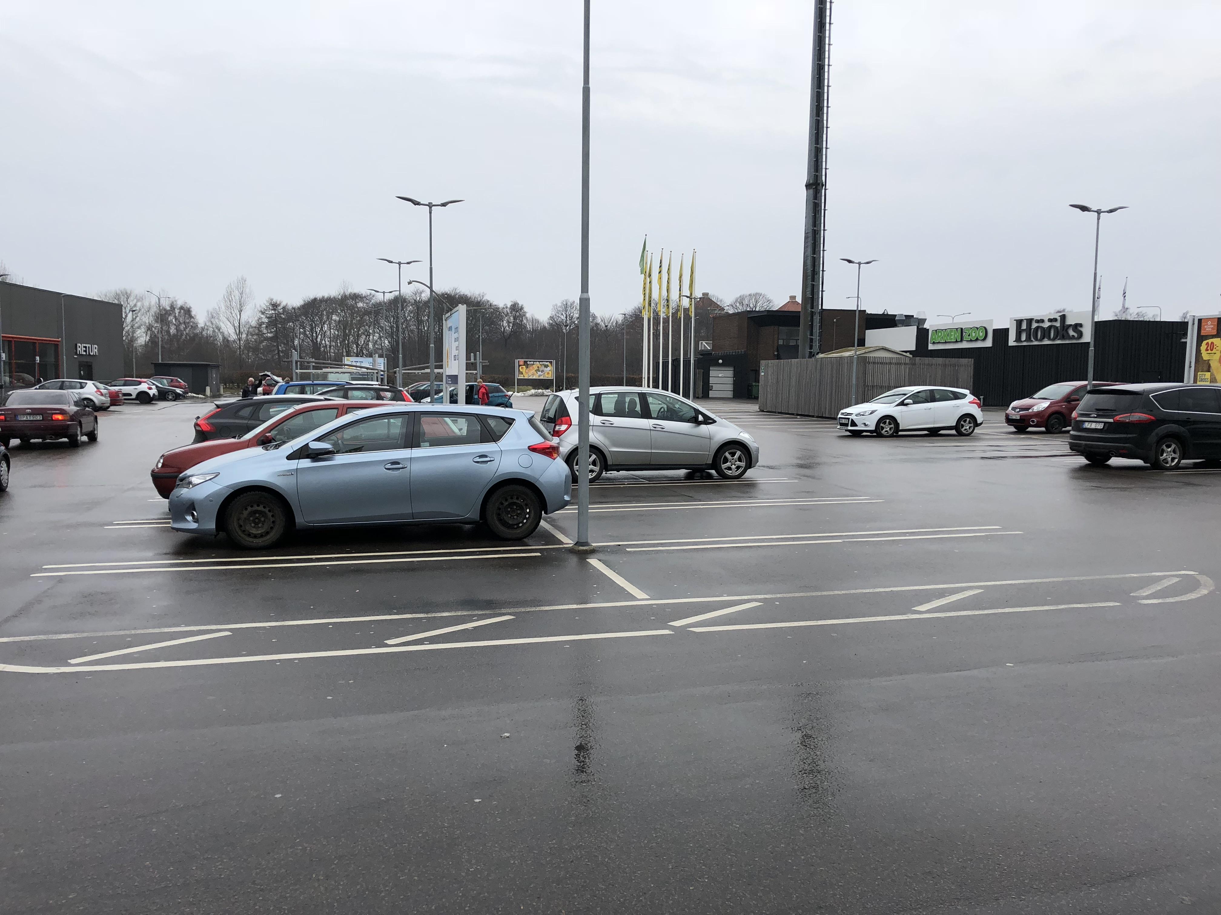 Knivskars pa parkering allvarligt skadad