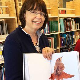 Margareta Wallin Wictorin, sammankallande i föreningen Värmlandslitteraturs jury, bläddrar i vinnarboken