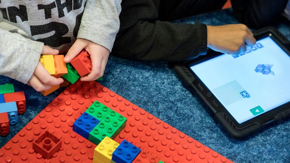 Barn leker med lego på en förskola.
