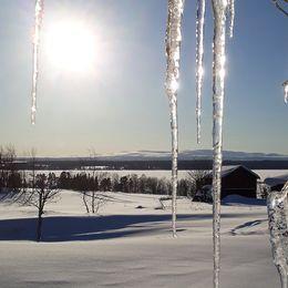 Fotograferade istappar på min adventslinga som jag inte tagit ner ännu...Fotot är taget i Orrviken, med Storsjön och Oviksfjällen i bakgrunden i Jämtland