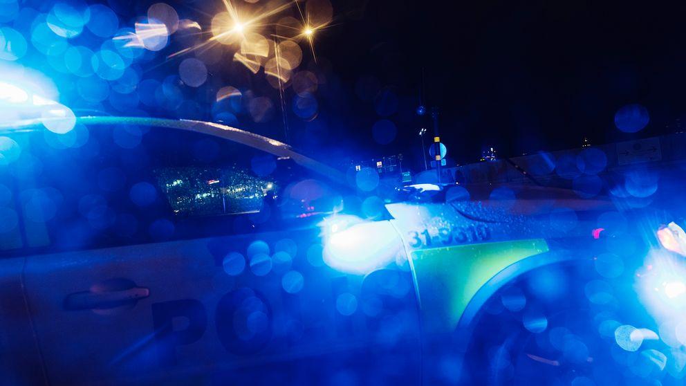 Arkivbild på polisbild ute på jobb i en stad.