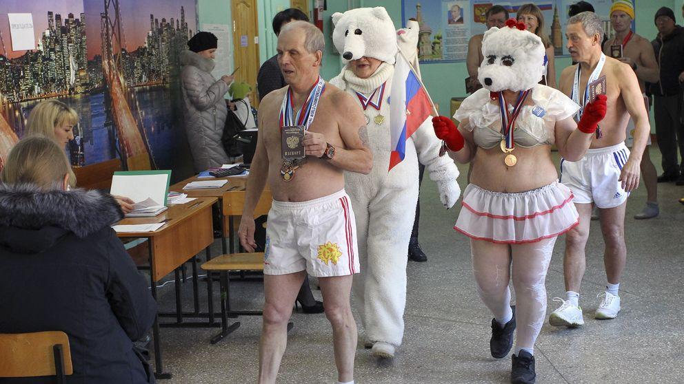 """Medlemmar av vintersimklubben """"Isbjörnen"""" besöker en vallokal i Barnaul i sydvästra Sibirien."""
