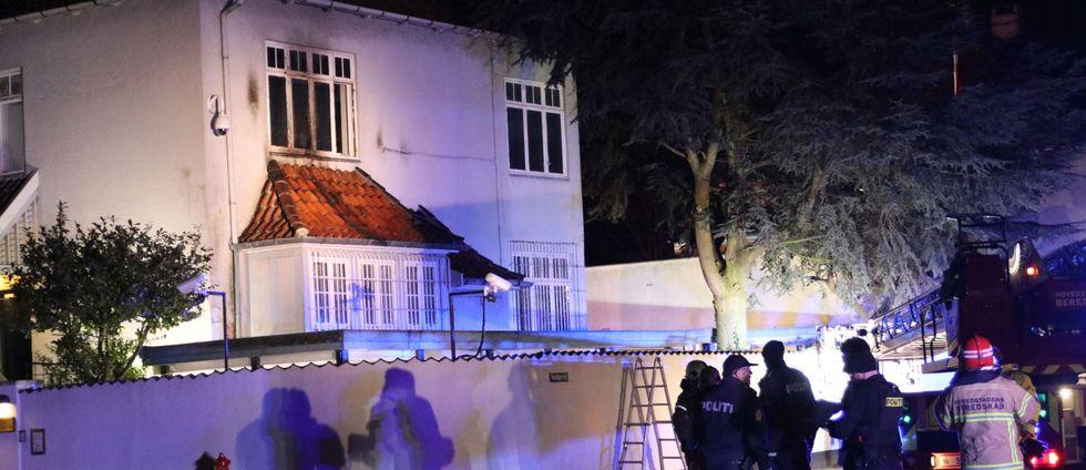Fyra gärningsmän misstänks ha utfört attacken mot ambassaden.