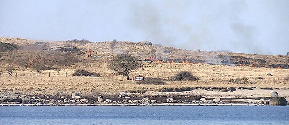 En kontrollerad brand på ett gräsområde