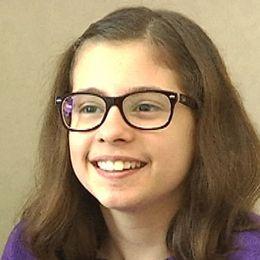 elever som räcker upp handen, porträtt på en leende flicka