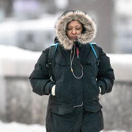 Kvinna med vinterjacka i kylan