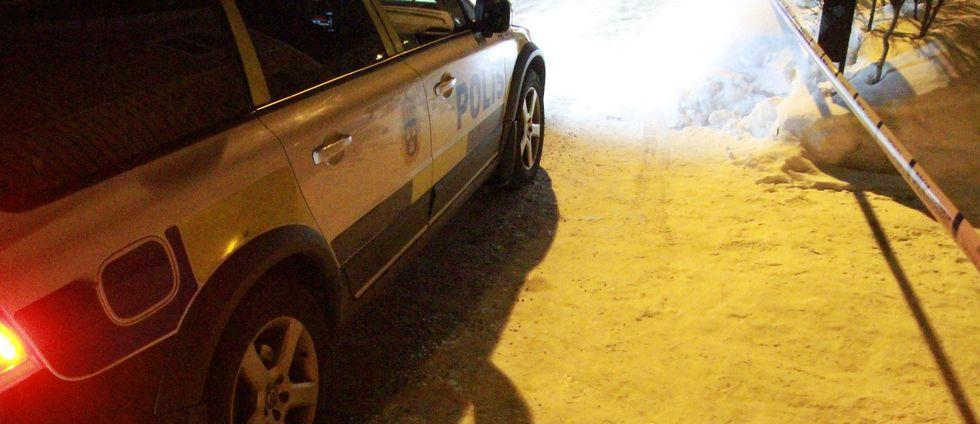 del av polisbil, snötäckt mark, polistejp