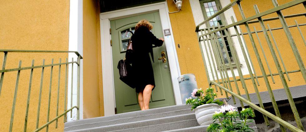 En kvinna vid en villa.
