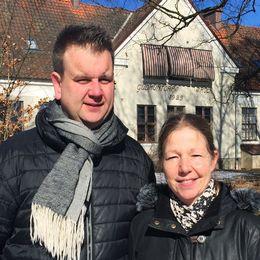 Föräldrarna Daniel Schönström och Maria Nielsen står framför Gudmuntorps skolas.