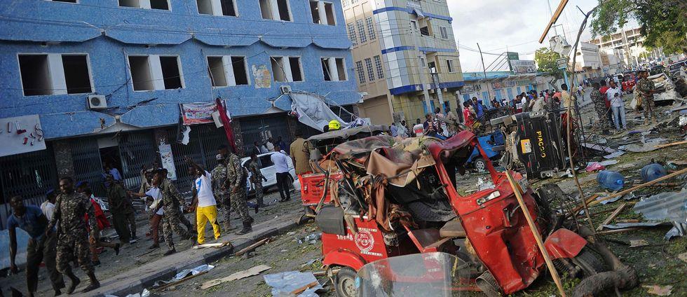 Människor samlas på gatan utanför hotell Weheliye i Mogadishu, där en bilbomb kostade minst 14 människor livet på torsdagen.