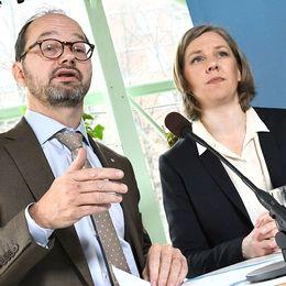 Infrastrukturminister Tomas Eneroth och miljöminister Karolina Skog vid ett ståbord i en restaurang. Bakom sig har de ett fönster och Hornsgatan.