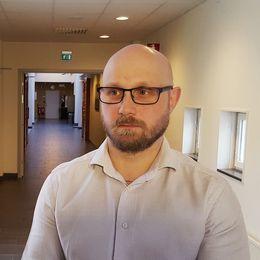 """skylt i rätten """"stängda dörrar"""", en man intervjuas i en korridor"""