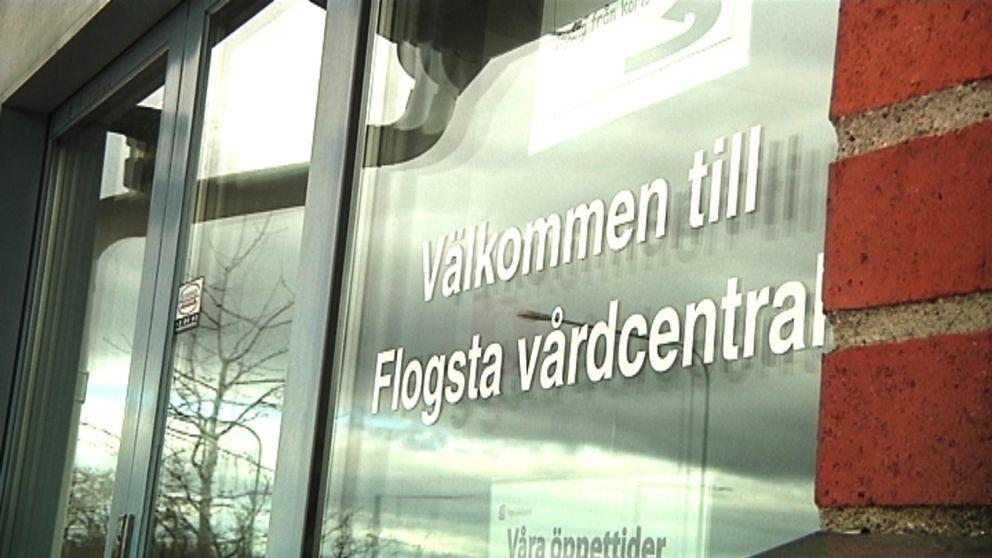 """En bild på ett fönster med texten """"välkommen till flogsta vårdcentral"""""""