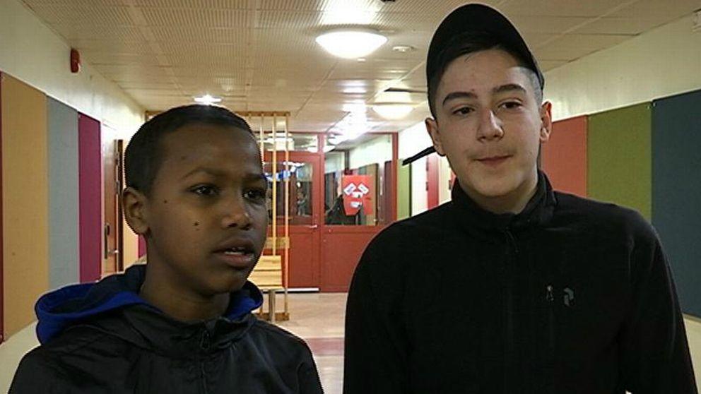 Två killar i en skolkorridor.