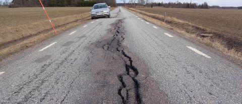 Tjälskadad landsväg i Enköpings kommun
