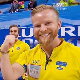 Niklas Edin knyter näven i en segergest efter att ha vunnit VM-finalen i curling mot Kanada, i Las Vegas.