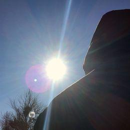Anonym före detta missbrukare med ryggen mot kameran.