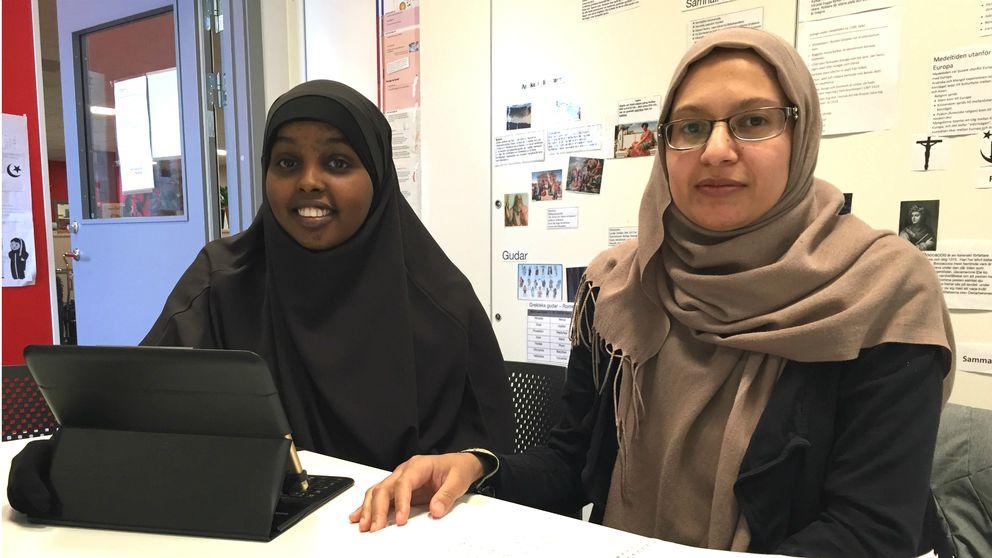 Sahra Warsame och Mirvat Al-Freij sitter i ett klassrum på Folkhögskolan i Angered, som ligger i Hammarkullen.