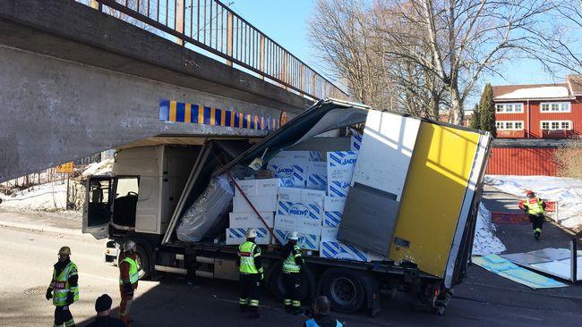 Lastbil har kort in i bro vagen avstangd