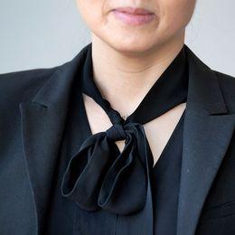 Blusen med rosett i halsen förknippas ofta med politiker och affärskvinnor